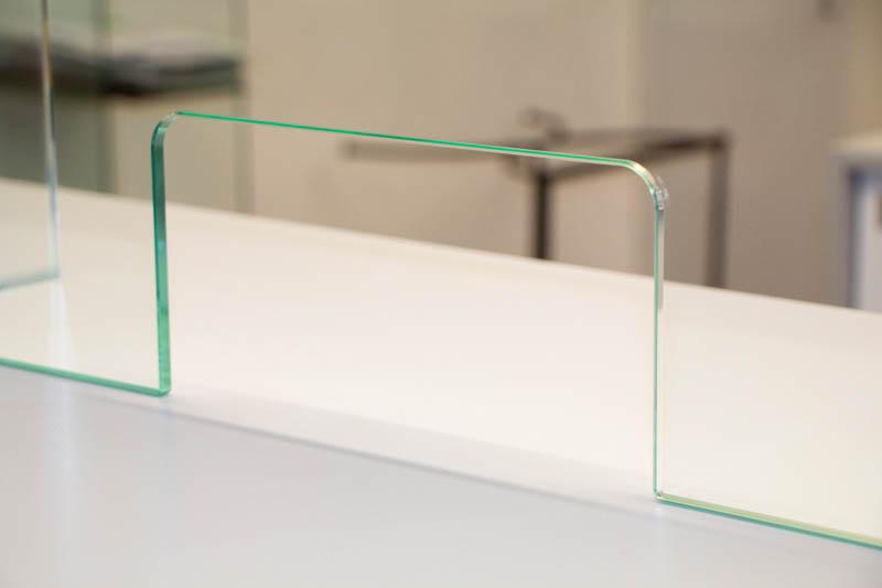 Glasaufsteller für Theken zum Schutz vor Viren