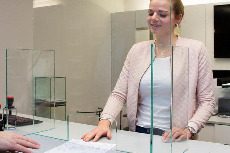 spuckschutz_hoch-mit-durchreiche_glasschutz_glasklar